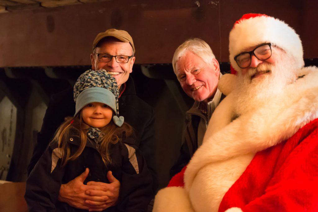 Zufriedene Besucher mit dem Überraschungsgast, dem Weihnachtsmann