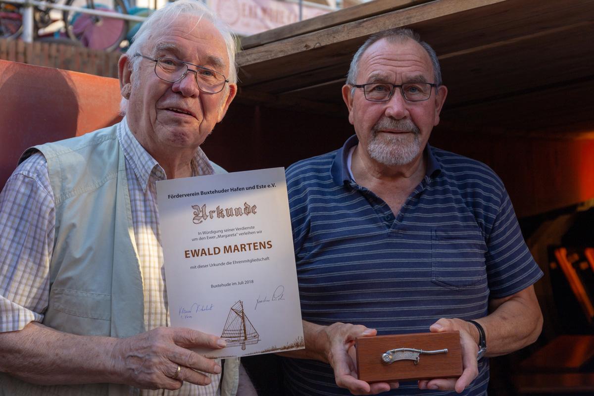 Ewald Martens erhält die Urkunde zur Ehrenmitgliedschaft und überreicht ein Geschenk an Klaus Dickehut für den Förderverein